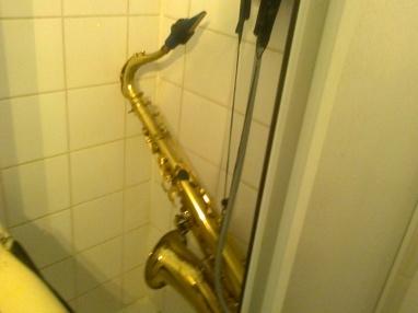 le sax en question sous la douche